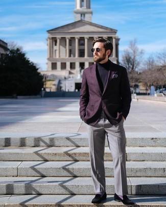 Schwarze Samt Slipper kombinieren – 78 Herren Outfits: Tragen Sie ein dunkellila Sakko und eine graue Anzughose für eine klassischen und verfeinerte Silhouette. Dieses Outfit passt hervorragend zusammen mit schwarzen Samt Slippern.
