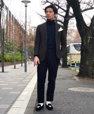Dunkelgraues Wollsakko kombinieren – 459 Herren Outfits: Kombinieren Sie ein dunkelgraues Wollsakko mit einer dunkelblauen Anzughose für einen stilvollen, eleganten Look. Ergänzen Sie Ihr Look mit schwarzen bestickten Samt Slippern.
