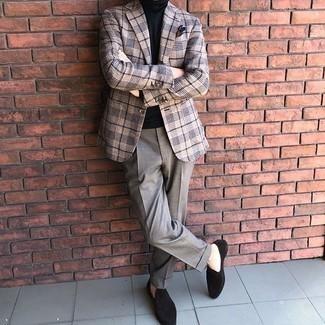Schwarzen Rollkragenpullover kombinieren – 699+ Herren Outfits: Tragen Sie einen schwarzen Rollkragenpullover und eine graue Anzughose, um vor Klasse und Perfektion zu strotzen. Dunkelbraune Wildleder Slipper sind eine ideale Wahl, um dieses Outfit zu vervollständigen.