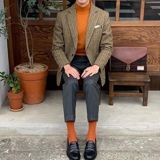 Orange Socken kombinieren – 177 Herren Outfits: Ein beige Sakko mit Hahnentritt-Muster und orange Socken sind eine großartige Outfit-Formel für Ihre Sammlung. Fühlen Sie sich mutig? Komplettieren Sie Ihr Outfit mit schwarzen Leder Slippern.