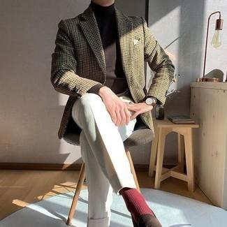 Dunkelbraunen Rollkragenpullover kombinieren – 142 Herren Outfits: Tragen Sie einen dunkelbraunen Rollkragenpullover und eine weiße Anzughose, um vor Klasse und Perfektion zu strotzen. Dunkelbraune Wildleder Slipper fügen sich nahtlos in einer Vielzahl von Outfits ein.