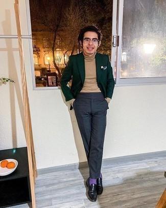 Herren Outfits 2020: Entscheiden Sie sich für ein dunkelgrünes Sakko und eine dunkelgraue Anzughose für eine klassischen und verfeinerte Silhouette. Vervollständigen Sie Ihr Look mit schwarzen Leder Slippern.