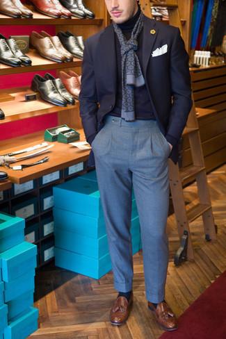 20 Jährige: Outfits Herren 2020: Tragen Sie ein dunkelblaues Sakko und einen dunkelblauen Rollkragenpullover, um einen modischen Freizeitlook zu kreieren. Fühlen Sie sich ideenreich? Entscheiden Sie sich für braunen Leder Slipper mit Quasten.