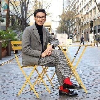 Braune Lederuhr kombinieren – 1200+ Herren Outfits: Für ein bequemes Couch-Outfit, kombinieren Sie ein graues Wollsakko mit Fischgrätenmuster mit einer braunen Lederuhr. Machen Sie Ihr Outfit mit schwarzen Leder Slippern mit Quasten eleganter.