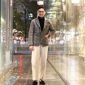 Schwarzen Rollkragenpullover kombinieren – 157 Elegante Herren Outfits: Tragen Sie einen schwarzen Rollkragenpullover und eine weiße Anzughose, um vor Klasse und Perfektion zu strotzen. Dunkelbraune Wildleder Slipper mit Quasten fügen sich nahtlos in einer Vielzahl von Outfits ein.
