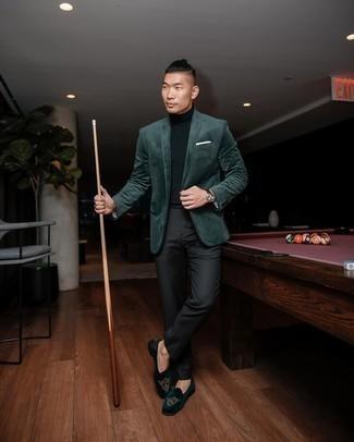 Schwarzen Rollkragenpullover kombinieren – 187 Frühling Herren Outfits: Kombinieren Sie einen schwarzen Rollkragenpullover mit einer schwarzen vertikal gestreiften Anzughose für einen für die Arbeit geeigneten Look. Fühlen Sie sich mutig? Entscheiden Sie sich für dunkelgrünen bestickten Samt Slipper. Dieser Look könnte zu Ihren Lieblings-Übergangs-Outfit werden!
