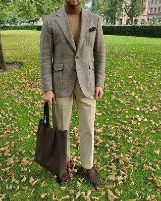 Taschen kombinieren – 500+ Herren Outfits: Entscheiden Sie sich für ein graues Wollsakko und Taschen für einen entspannten Wochenend-Look. Fühlen Sie sich mutig? Vervollständigen Sie Ihr Outfit mit dunkelbraunen Wildleder Slippern.