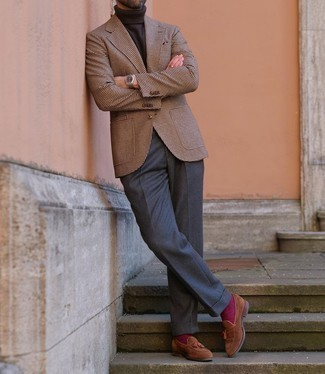 Lila Socken kombinieren – 238 Herren Outfits: Für ein bequemes Couch-Outfit, entscheiden Sie sich für ein braunes Wollsakko mit Hahnentritt-Muster und lila Socken. Komplettieren Sie Ihr Outfit mit braunen Wildleder Slippern mit Quasten, um Ihr Modebewusstsein zu zeigen.