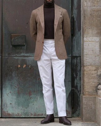 Smart-Casual Outfits Herren 2021: Entscheiden Sie sich für ein braunes Wollsakko mit Hahnentritt-Muster und eine weiße Anzughose für eine klassischen und verfeinerte Silhouette. Dunkelbraune Chelsea Boots aus Leder sind eine kluge Wahl, um dieses Outfit zu vervollständigen.