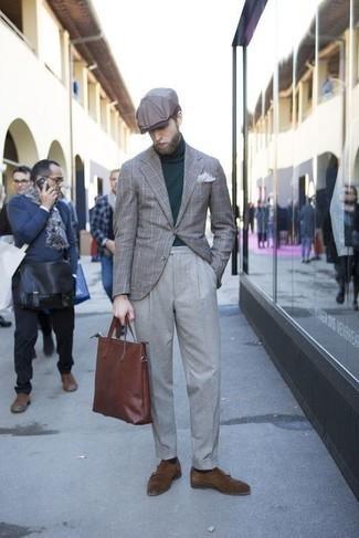 Graue Schiebermütze kombinieren – 270 Herren Outfits: Für ein bequemes Couch-Outfit, vereinigen Sie ein graues Sakko mit Schottenmuster mit einer grauen Schiebermütze. Fühlen Sie sich ideenreich? Ergänzen Sie Ihr Outfit mit dunkelbraunen Doppelmonks aus Wildleder.
