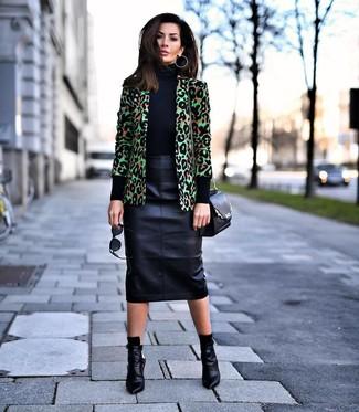 Wie kombinieren: grünes Sakko mit Leopardenmuster, schwarzer Rollkragenpullover, schwarzer Leder Bleistiftrock, schwarze Leder Stiefeletten