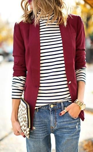 Kombinieren Sie ein rotes Sakko mit einem Unterteil für ein bequemes Outfit, das außerdem gut zusammen passt.