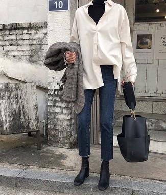 Wie kombinieren: graues Sakko mit Schottenmuster, schwarzer Rollkragenpullover, weißes Businesshemd, dunkelblaue Jeans
