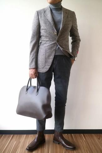 Wie kombinieren: graues Wollsakko, grauer Rollkragenpullover, dunkelgraue Chinohose, dunkelbraune Chelsea-Stiefel aus Leder
