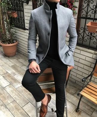 Welche Rollkragenpullover mit dunkelbrauner Slipper zu tragen: trends 2020: Entscheiden Sie sich für einen Rollkragenpullover und eine schwarze Chinohose, um einen lockeren, aber dennoch stylischen Look zu erhalten. Machen Sie Ihr Outfit mit dunkelbraunen Slippern eleganter.