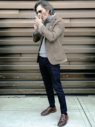 Hose kombinieren: trends 2020: Die Paarung aus einem braunen Sakko und einer Hose ist eine perfekte Wahl für einen Tag im Büro. Fühlen Sie sich ideenreich? Komplettieren Sie Ihr Outfit mit braunen Leder Derby Schuhen.
