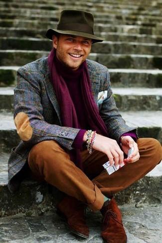 Lila Schal kombinieren: trends 2020: Ein dunkelblaues Wollsakko mit Schottenmuster und ein lila Schal sind das Outfit Ihrer Wahl für faule Tage. Rotbraune Chukka-Stiefel aus Wildleder sind eine einfache Möglichkeit, Ihren Look aufzuwerten.