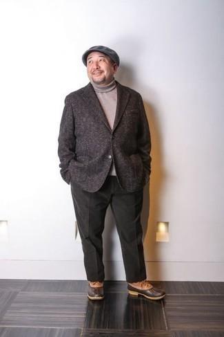 Rotbraune Lederwinterschuhe kombinieren – 12 Herren Outfits: Die Paarung aus einem dunkelbraunen Wollsakko mit Fischgrätenmuster und einer dunkelgrünen Chinohose ist eine perfekte Wahl für einen Tag im Büro. Wählen Sie die legere Option mit rotbraunen Lederwinterschuhen.