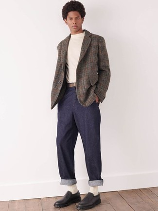 Graues Wollsakko mit Hahnentritt-Muster kombinieren – 8 Herren Outfits: Kombinieren Sie ein graues Wollsakko mit Hahnentritt-Muster mit einer dunkelblauen Chinohose für einen für die Arbeit geeigneten Look. Fühlen Sie sich mutig? Komplettieren Sie Ihr Outfit mit schwarzen Slip-On Sneakers aus Leder.