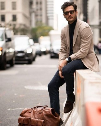 Schwarzen Rollkragenpullover kombinieren: trends 2020: Paaren Sie einen schwarzen Rollkragenpullover mit einer dunkelblauen Chinohose, um mühelos alles zu meistern, was auch immer der Tag bringen mag. Machen Sie Ihr Outfit mit dunkelbraunen Wildleder Slippern eleganter.