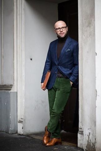 Rotbraune Leder Clutch Handtasche kombinieren – 173 Herren Outfits: Für ein bequemes Couch-Outfit, tragen Sie ein dunkelblaues Sakko mit Schottenmuster und eine rotbraune Leder Clutch Handtasche. Fügen Sie rotbraunen Leder Brogues für ein unmittelbares Style-Upgrade zu Ihrem Look hinzu.