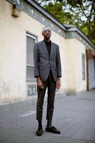 Graue Socken mit Norwegermuster kombinieren – 5 Herren Outfits: Kombinieren Sie ein graues Sakko mit Karomuster mit grauen Socken mit Norwegermuster für einen entspannten Wochenend-Look. Komplettieren Sie Ihr Outfit mit dunkelbraunen Sportschuhen.