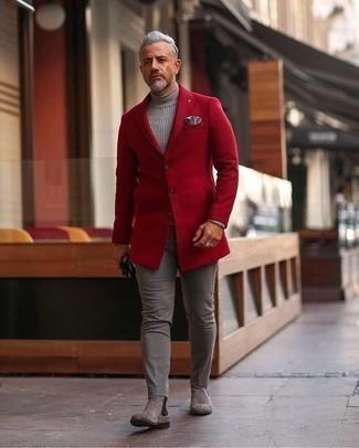 rotes Sakko, grauer Wollrollkragenpullover, graue Chinohose, graue Chelsea Boots aus Wildleder für Herren