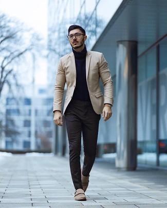 Dunkelbraune Socken kombinieren – 280 Herren Outfits: Tragen Sie ein hellbeige Sakko und dunkelbraunen Socken für einen entspannten Wochenend-Look. Fühlen Sie sich mutig? Ergänzen Sie Ihr Outfit mit hellbeige Doppelmonks aus Wildleder.