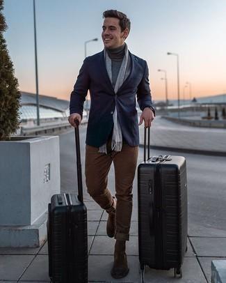 Dunkelblaues Sakko kombinieren – 500+ Herren Outfits: Stechen Sie unter anderen modebewussten Menschen hervor mit einem dunkelblauen Sakko und einer braunen Chinohose. Fühlen Sie sich mutig? Komplettieren Sie Ihr Outfit mit braunen Chelsea Boots aus Wildleder.