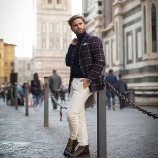 Chinohose kombinieren – 500+ Herren Outfits: Kombinieren Sie ein dunkelrotes Sakko mit Schottenmuster mit einer Chinohose, wenn Sie einen gepflegten und stylischen Look wollen. Eine dunkelbraune Lederfreizeitstiefel sind eine gute Wahl, um dieses Outfit zu vervollständigen.