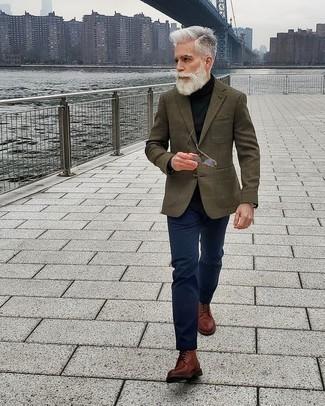50 Jährige: Schwarzen Rollkragenpullover kombinieren – 73 Herren Outfits: Erwägen Sie das Tragen von einem schwarzen Rollkragenpullover und einer dunkelblauen Chinohose, um mühelos alles zu meistern, was auch immer der Tag bringen mag. Eine braune Lederfreizeitstiefel bringen Eleganz zu einem ansonsten schlichten Look.