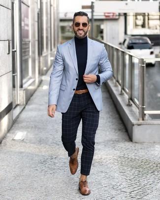 Hellblaues Sakko kombinieren – 311 Herren Outfits: Vereinigen Sie ein hellblaues Sakko mit einer dunkelblauen Chinohose mit Karomuster für Ihren Bürojob. Fühlen Sie sich mutig? Wählen Sie braunen Leder Oxford Schuhe.