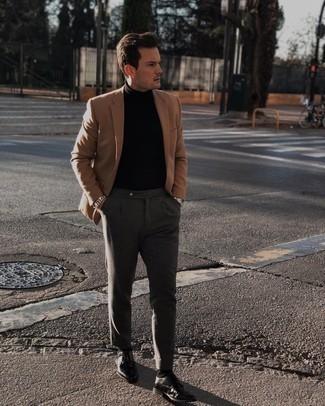 30 Jährige: Dunkelgraue Chinohose kombinieren – 690+ Herbst Herren Outfits: Kombinieren Sie ein beige Sakko mit einer dunkelgrauen Chinohose für Drinks nach der Arbeit. Fühlen Sie sich ideenreich? Ergänzen Sie Ihr Outfit mit schwarzen Doppelmonks aus Leder. Mit diesem Look sind Sie im Herbst immer gut angezogen.