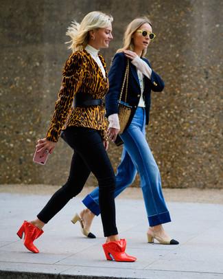 Beige Sakko kombinieren – 9 Elegante Damen Outfits: Um eine lockere und schöne Silhouette zu formen, paaren Sie ein beige Sakko mit einer schwarzen enger Hose. Ergänzen Sie Ihr Outfit mit roten Leder Pantoletten, um Ihr Modebewusstsein zu zeigen.