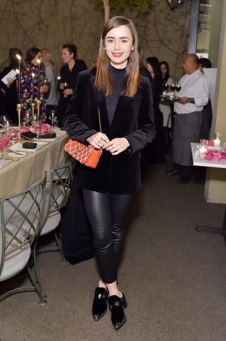 Wie kombinieren: schwarzes Samtsakko, schwarzer Rollkragenpullover, schwarze enge Hose aus Leder, schwarze Samt Pantoletten