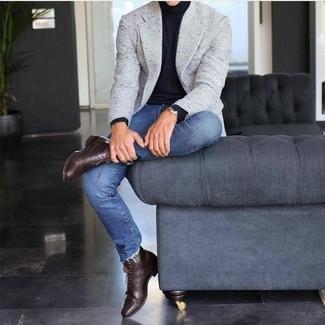 Wie kombinieren: graues Tweed Sakko, schwarzer Rollkragenpullover, blaue enge Jeans, dunkelbraune Lederformelle stiefel
