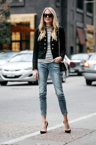 Damen Outfits & Modetrends: Um einen schlichten aber glamurösen Alltags-Look zu erzeugen, kombinieren Sie ein schwarzes verziertes Sakko mit blauen engen Jeans. Dieses Outfit passt hervorragend zusammen mit schwarzen Wildleder Pumps.
