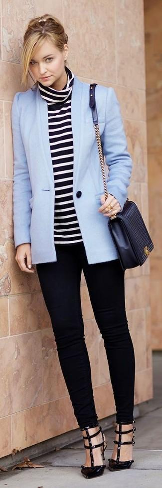 Damen Outfits & Modetrends: Probieren Sie diese Kombination aus einem hellblauen Sakko und schwarzen engen Jeans, um ein schönes, legeres Outfit zu kreieren. Schwarze Leder Pumps sind eine kluge Wahl, um dieses Outfit zu vervollständigen.