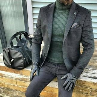 Wie kombinieren: dunkelgraues Wollsakko, dunkelgrüner Rollkragenpullover, schwarze enge Jeans, schwarze Leder Reisetasche