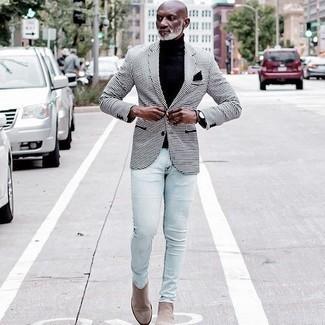 50 Jährige: Schwarzen Rollkragenpullover kombinieren – 73 Herren Outfits: Kombinieren Sie einen schwarzen Rollkragenpullover mit hellblauen engen Jeans für einen bequemen Alltags-Look. Wählen Sie beige Chelsea Boots aus Wildleder, um Ihr Modebewusstsein zu zeigen.