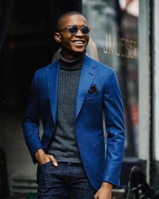 Wie kombinieren: blaues Baumwollsakko, dunkelgrauer Rollkragenpullover, dunkelblaue Jeans, dunkelblaues Einstecktuch mit Blumenmuster