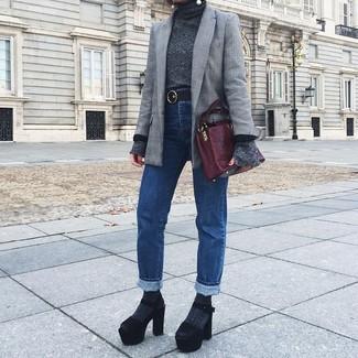 Wie kombinieren: graues Sakko mit Schottenmuster, dunkelgrauer Rollkragenpullover, blaue Jeans, schwarze klobige Wildleder Sandaletten