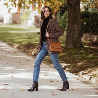 Wie kombinieren: braunes bedrucktes Sakko, schwarzer Rollkragenpullover, blaue Jeans, schwarze Leder Stiefeletten