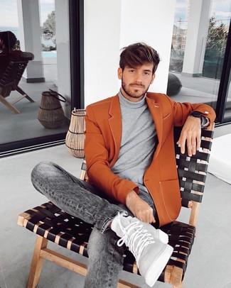Wie kombinieren: rotbraunes Sakko, grauer Rollkragenpullover, graue Jeans, graue hohe Sneakers aus Leder