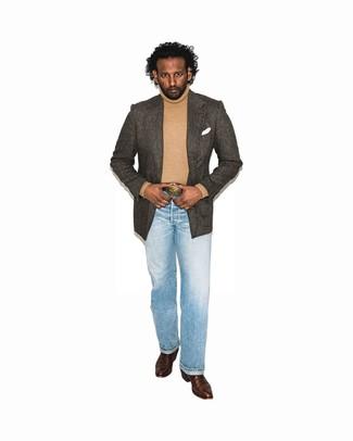 Wie kombinieren: dunkelbraunes Sakko mit Fischgrätenmuster, beige Rollkragenpullover, hellblaue Jeans, dunkelbraune Cowboystiefel aus Leder