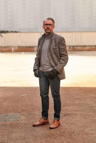 Dunkelbraune Lederhandschuhe kombinieren: trends 2020: Kombinieren Sie ein braunes Wollsakko mit Fischgrätenmuster mit dunkelbraunen Lederhandschuhen für einen entspannten Wochenend-Look. Rotbraune Brogue Stiefel aus Leder sind eine einfache Möglichkeit, Ihren Look aufzuwerten.