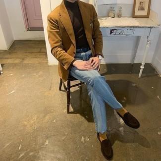 Hellblaue Jeans kombinieren – 500+ Herren Outfits: Erwägen Sie das Tragen von einem rotbraunen Cordsakko und hellblauen Jeans, wenn Sie einen gepflegten und stylischen Look wollen. Fühlen Sie sich mutig? Wählen Sie dunkelbraunen Wildleder Slipper.