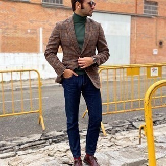 Dunkelrote Chukka-Stiefel aus Leder kombinieren – 47 Herren Outfits: Paaren Sie ein braunes Sakko mit Schottenmuster mit dunkelblauen Jeans, um mühelos alles zu meistern, was auch immer der Tag bringen mag. Ergänzen Sie Ihr Look mit dunkelroten Chukka-Stiefeln aus Leder.