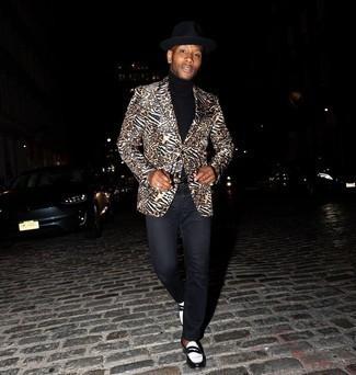 20 Jährige: Schwarzen Rollkragenpullover kombinieren – 277 Herren Outfits: Tragen Sie einen schwarzen Rollkragenpullover und schwarzen Jeans für ein großartiges Wochenend-Outfit. Ergänzen Sie Ihr Outfit mit schwarzen und weißen Leder Slippern, um Ihr Modebewusstsein zu zeigen.