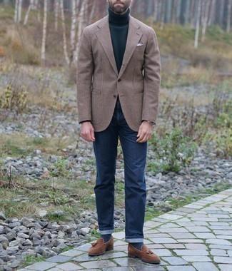 Smart-Casual Outfits Herren 2021: Kombinieren Sie ein braunes Wollsakko mit Hahnentritt-Muster mit dunkelblauen Jeans für ein sonntägliches Mittagessen mit Freunden. Fühlen Sie sich mutig? Entscheiden Sie sich für braunen Wildleder Slipper mit Quasten.
